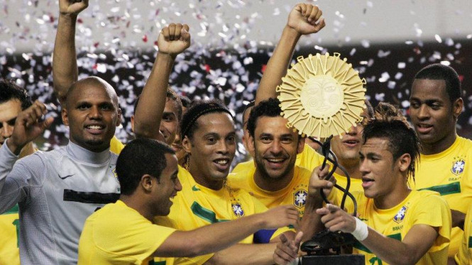 Ronaldinho, Fred, Neymar merayakan trofi Super Clasico de las Americas