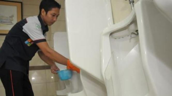 Toilet buang air kecil berdiri di Bandara Juanda