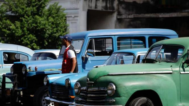 Mobil antik di jalanan Kuba