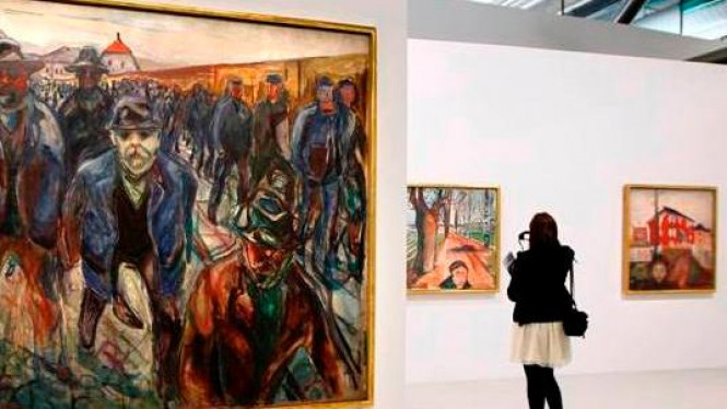 Pengunjung melihat lukisan karya Edvard Munch