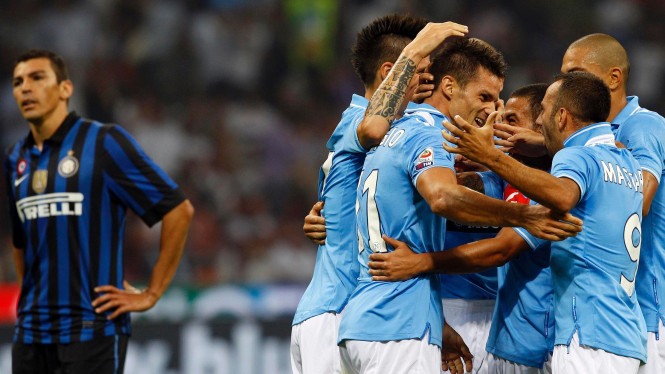 Pemain Napoli merayakan gol (kanan) ke jala Inter Milan