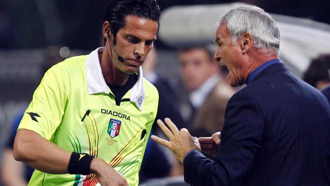 Claudio Ranieri (kanan) bersitegang dengan wasit Gianluca Rocchi