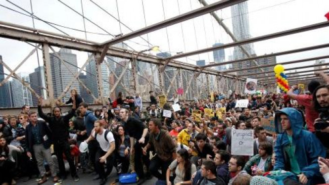 Demonstrasi anti-Wall Street menutup Jembatan Brooklyn, New York