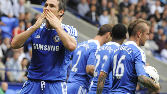 Frank Lampard (kiri) merayakan gol Chelsea