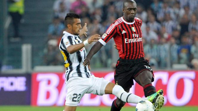 Pemain AC Milan Clarence Seedorf  (kanan) dan pemain Juventus Arturo Vidal