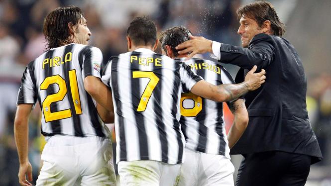 Antonio Conte (jas hitam) merayakan gol pemain Juventus