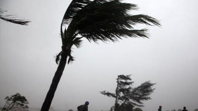 Badai Nesat menghantam provinsi Hainan, China