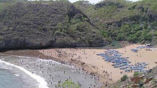 Pantai Baron dilihat dari sisi kiri perbukitan