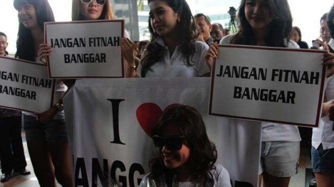 Wanita Sexy Pendukung Banggar Demo di KPK