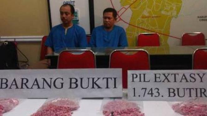 Barang Bukti 1.743 butir ekstasi di Cirebon