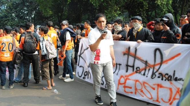 Jakmania demo di depan kantor PSSI