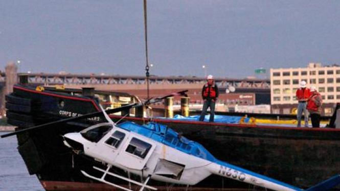 Helikopter jatuh di sungai New York, Amerika Serikat.