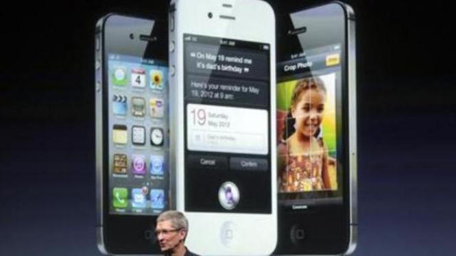 CEO Apple Tim Cook memperkenalkan iPhone 4S