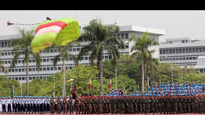 Atraksi Terjun Payung di HUT TNI ke-66