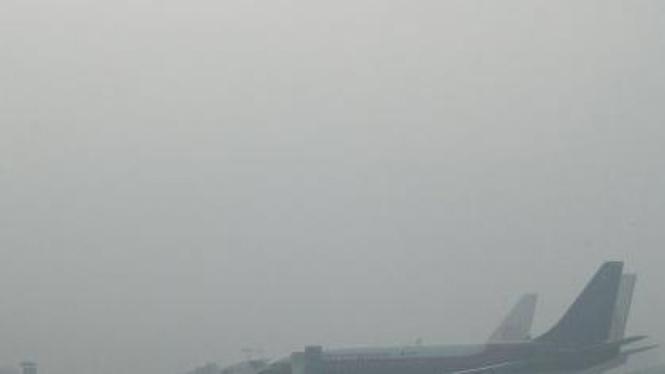 Bandara Syamsuddin Noor Banjarmasin diselimuti kabut asap