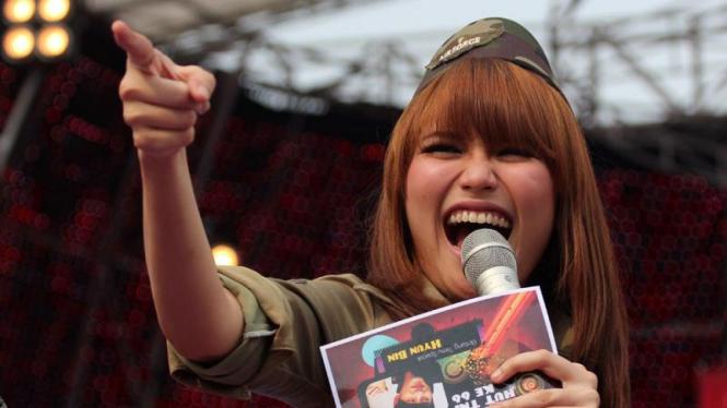 Ayu Ting Ting di Panggung Hiburan Musik HUT TNI ke-66