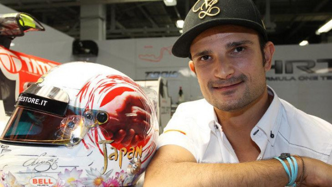 Tonio Liuzzi dan helm sumbangannya (kiri)
