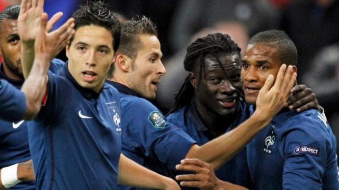 Pemain Prancis merayakan gol Florent Malouda