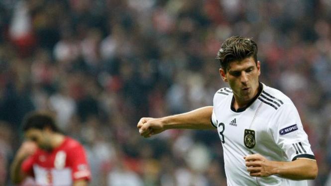 Striker Jerman, Mario Gomez, merayakan gol ke gawang Turki