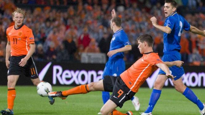 Klaas-Jan Huntelaar (bawah) cetak gol ke gawang Moldova