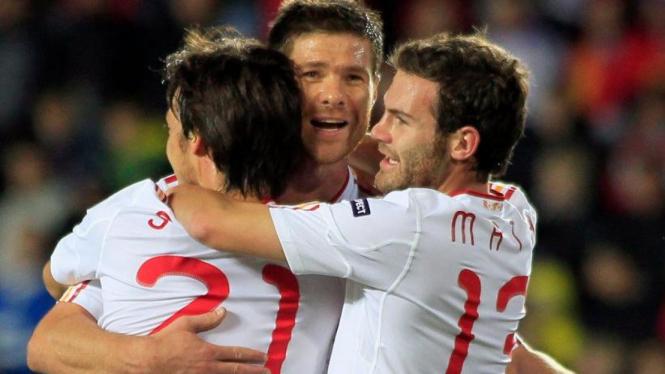 Pemain Spanyol merayakan gol Xabi Alonso