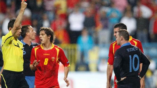 Wayne Rooney dapat kartu merah melawan Montenegro