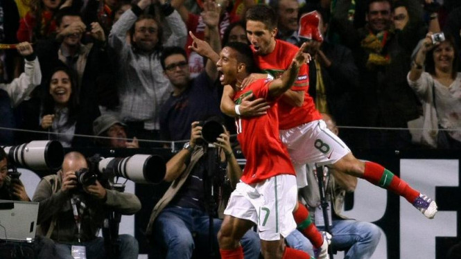 Luis Nani dan Joao Moutinho saat melawan Islandia