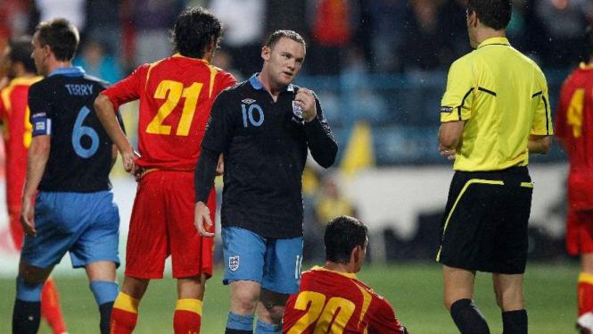 Wayne Rooney dapat kartu merah lawan Montenegro