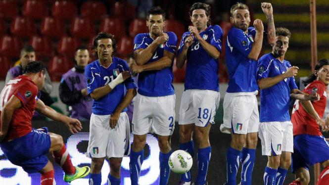 Pemain Italia (biru) di pertandingan melawan Serbia