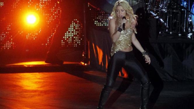 Shakira saat tampil di Kiev Olympic Stadium