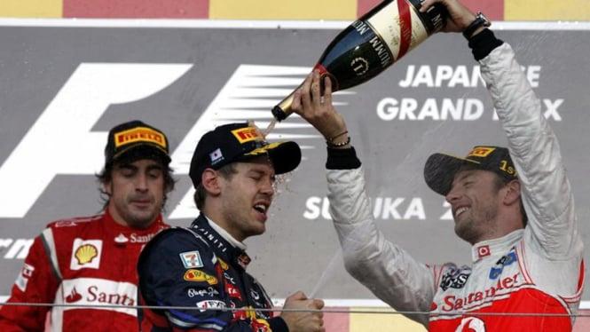 Sebastian Vettel diguyur sampanye oleh Jenson Button