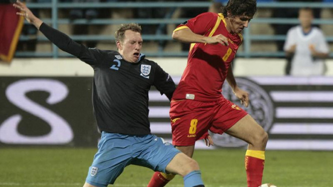 Phil Jones (kiri) berebut bola dengan Stevan Jovetic