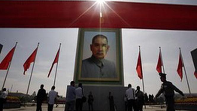 Foto Sun Yat-sen di Lapangan Tiananmen, Beijing