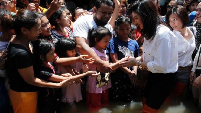 PM Yingluck Shinawatra temui korban banjir di Nonthaburi, Thailand