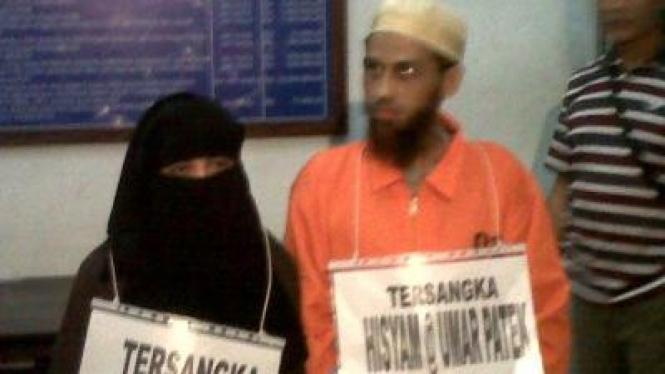 Umar Patek dan Siti Rukayah saat rekonstruksi kasus