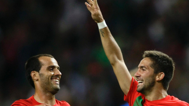 Pemain Portugal Joao Moutinho (kanan)