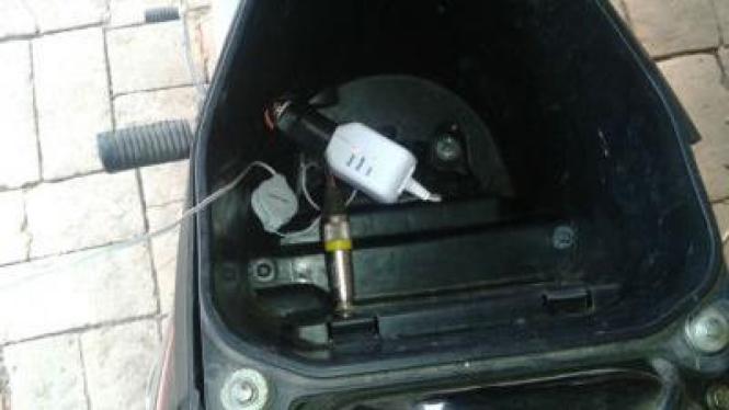Charge ponsel di motor