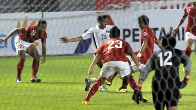 Kiper Indonesia Ferry Rotinsulu (12) saat melawan Qatar