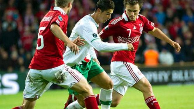Pemain Denmark mengawal C. Ronaldo