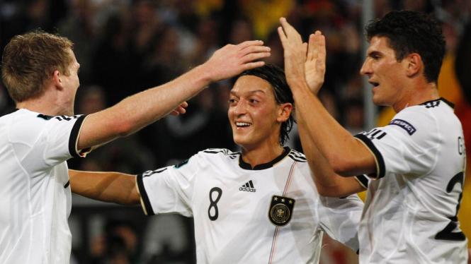 Mesut Ozil (tengah) di pertandingan melawan Belgia