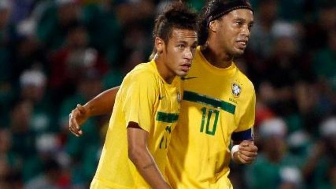 Pemain timnas Brasil, Ronaldinho (kanan) bersama Neymar