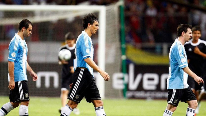 Javier Mascherano, Nicolas Burdisso, Lionel Messi usai dikalahkan Venezuela