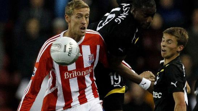 Striker Stoke City, Peter Crouch (merah-putih)