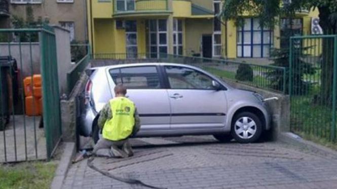 Mobil tersangkut di pintu masuk parkiran
