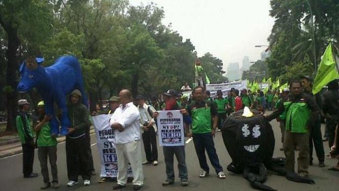 Unjuk rasa membawa Keledai biru di depan Istana