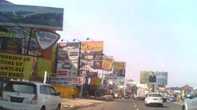 Jalanan penuh papan iklan