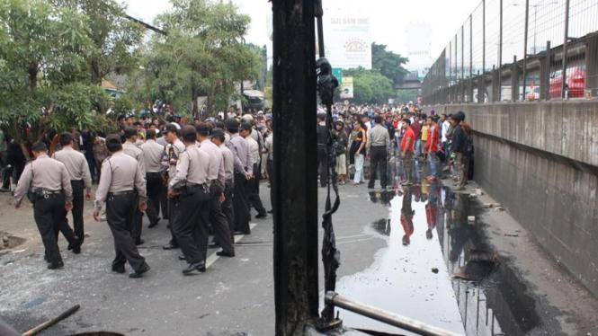 Bentrok warga di Jalan Arjuna