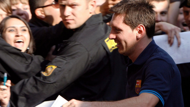 Lionel Messi saat diserbu fans