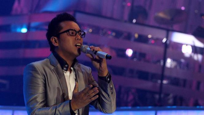 Sammy Simorangkir di Konser Harmoni Karya Terbaik GIGI