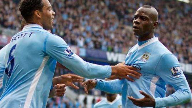 Pemain Manchester City merayakan gol Mario Balotelli